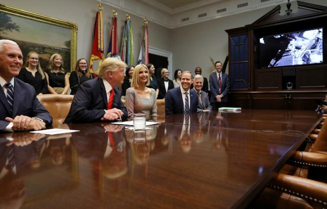 美國總統川普(左二)在白宮與太空中的兩名美國女性太空人通話,祝賀她們完成首次全部是女性的太空漫步。(路透)