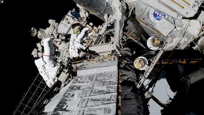 美國太空人克莉絲汀.考克和潔西卡.梅爾合力為空間站更換零件,這次全部由女性太空人完成的太空漫步,締造太空新猷。(路透)