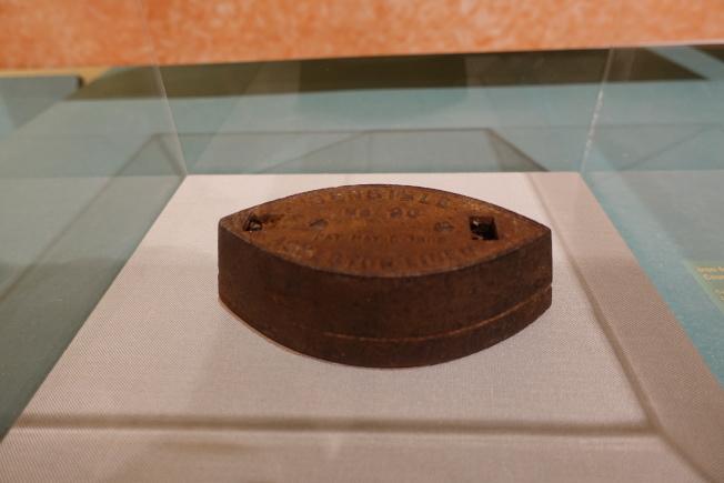 貝勒維爾歷史學會展出早期鐵路華工留下的熨斗。(記者金春香/攝影)