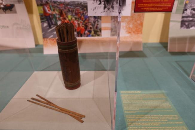 武帝廟展出華人常用的求籤道具。(記者金春香/攝影)