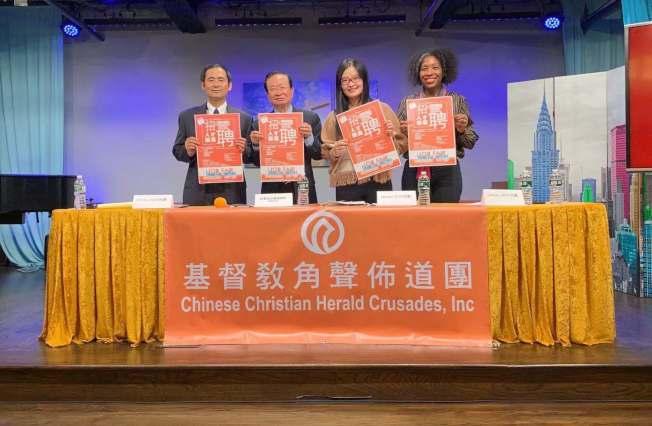 陳熾(左二起)與楊天琪鼓勵雙語人士參與人口普查員招聘。(記者牟蘭/攝影)