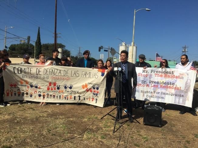 所有權利移民聯盟成員18日在美墨戰爭紀念碑前動員民眾參與遊行。(記者謝雨珊/攝影)