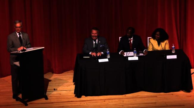 日前舉辦的奧蘭多市長辯論會,左起主持人拉弗第,候選人戴爾、殷格斯、賽門斯。(截自視頻)