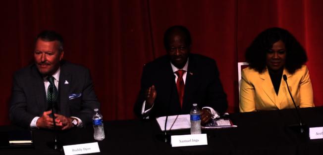 日前舉辦的奧蘭多市長辯論會,左起:戴爾、殷格斯、賽門斯。(截自視頻)