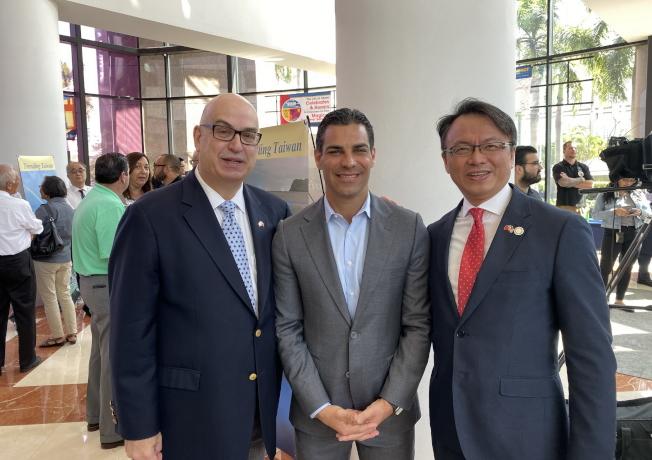邁阿密市長蘇阿雷茲(中)、市政經理龔薩雷茲(左)與駐邁經文處長錢冠州(右)。(孫博先提供)