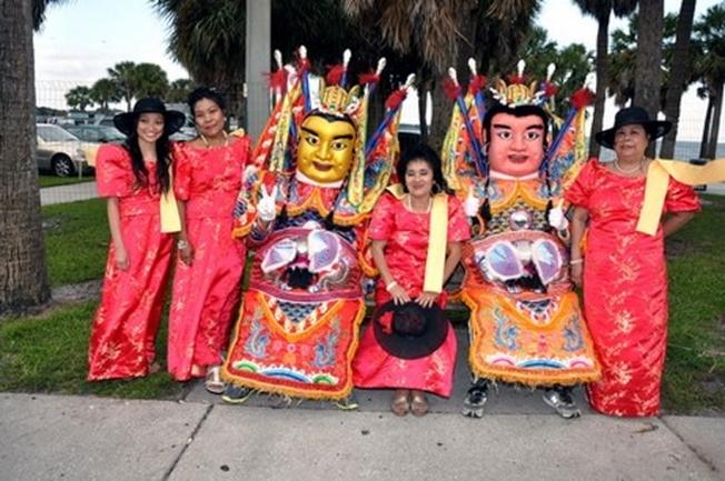 台灣團體提供的三太子人偶很吸睛,吸引許多遊客爭相合影。(取自活動官網)