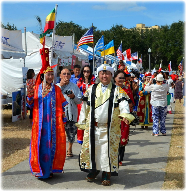 國際民俗藝術節活動中的大遊行,與會的各國社團代表遊行之一。(主辦單位提供)