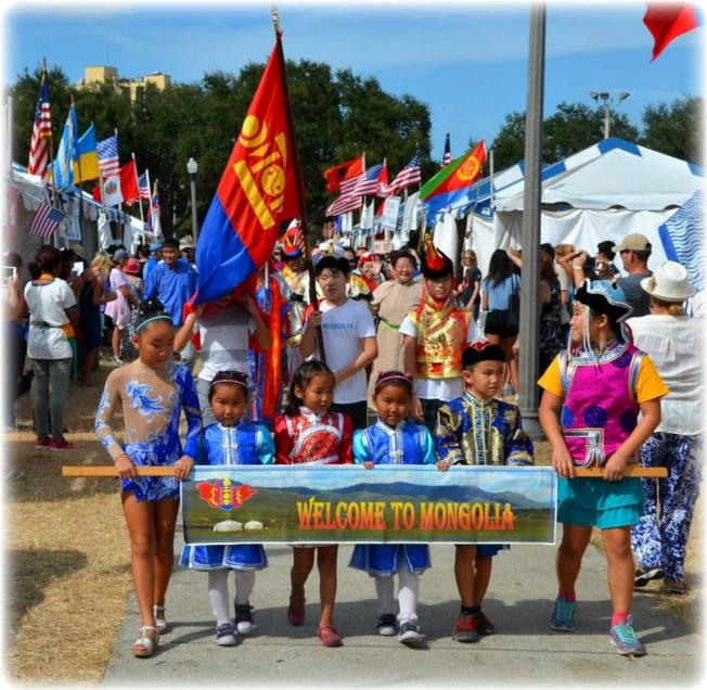 國際大遊行中,蒙古的小朋友持橫幅,歡迎大家到蒙古。(主辦單位提供)