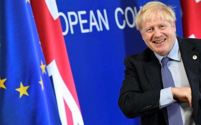 英國首相強生積極爭取國會議員支持新脫歐協議。(路透)