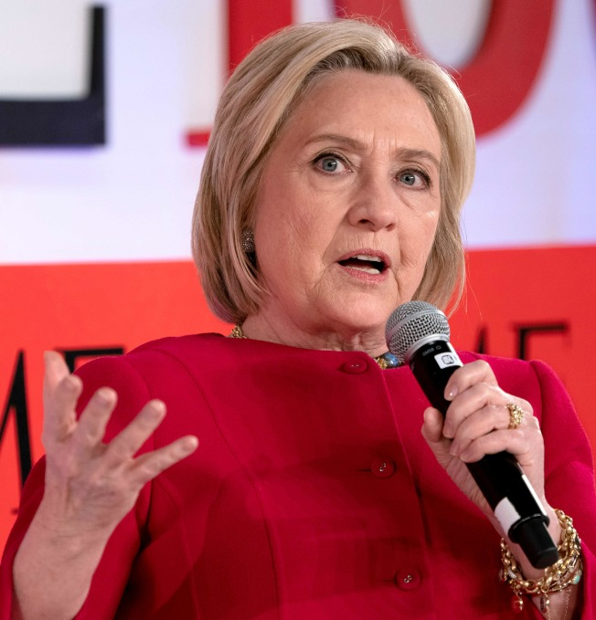 民主黨前總統候選人喜萊莉.柯林頓語出驚人,指俄羅斯正培養夏威夷州國會議員蓋芭成第三黨候選人。圖為柯林頓出席時代雜誌舉辦的活動。(Getty Images)