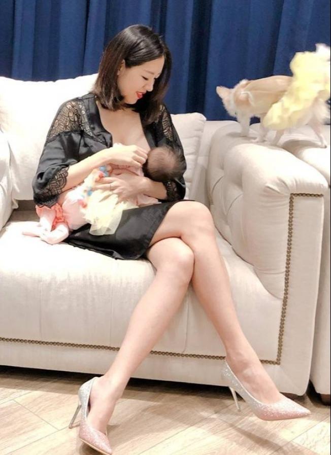 劉伊心生下寶貝女兒後,堅持親餵。(取材自臉書)