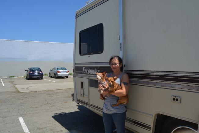 遊民寇苟(Jade Kogo)和寵物狗住在房車中,目前車子可停放在屋崙首個露營車停車場。 (檔案圖,記者劉先進/攝影)