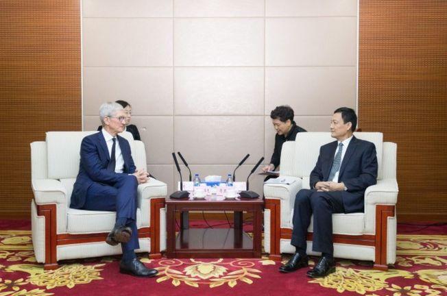 蘋果執行長庫克(左)最近訪問北京,與中國國家市場監督管理總局局長肖亞慶見面,特別提到將在中國擴大投資。(取材自中國國家市場監督管理總局)