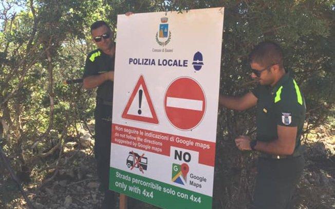小鎮包內伊在各道路架設警告牌,拜託遊客別再依賴Google地圖。 (取材自Comune di Baunei - Santa Maria Navarrese臉書)