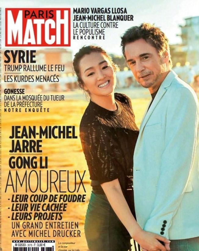 鞏俐與法國夫婿尚米歇爾雅爾一起登上雜誌封面。(取材自Paris Match)