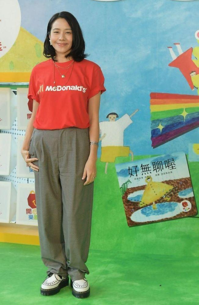 林嘉欣從女兒小時候開始培養閱讀興趣,也鼓勵她們多發揮創意。(取材自微博)