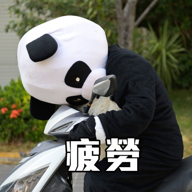 台中市警局找來人偶熊貓,模擬外送員「分心」、「搶快」、「疲勞」等危險情境,呼籲外送員安全第一。(圖:台中市警局臉書粉絲團「TCPB局長室」提供)