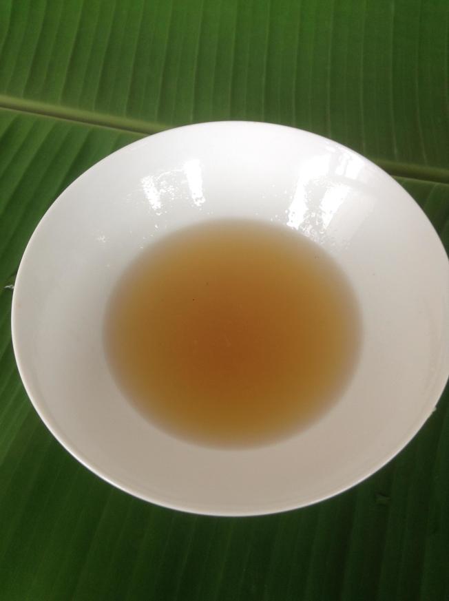 2.將檸檬榨汁後,與酒和蜂蜜調和在一起。