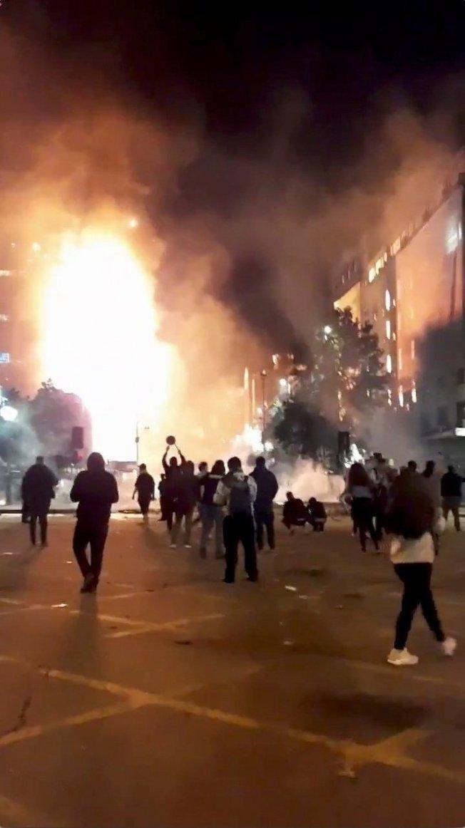 智利首都聖地牙哥民眾抗議地鐵票價調漲活動18日晚間變調,暴力與破壞四起,國際電力公司「ENEL」智利總部也遭人縱火,大火在逃生梯間迅速延燒,群眾圍觀消防人員搶救。路透