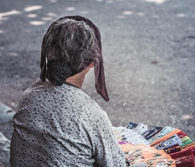 中醫觀念認為,從白髮生長位置可看出身體狀況。(Photo by Nam Hoang on Unsplash)