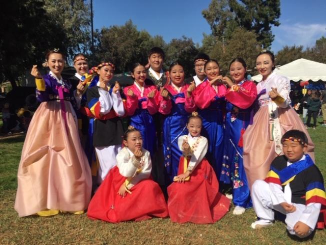 來自韓國的文藝團體參加遊行。(記者楊青/攝影)
