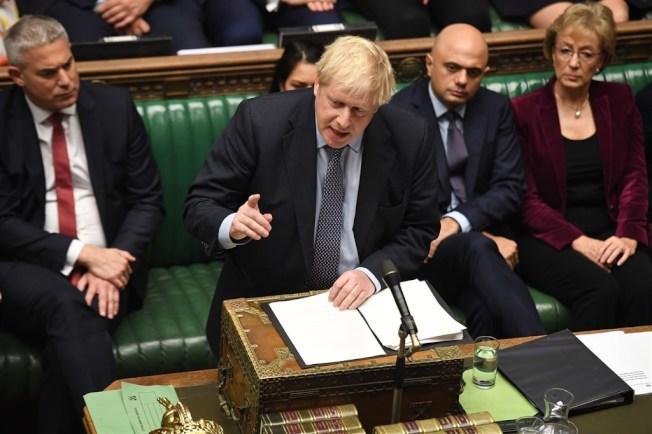 英國首相強生(前)已經致函歐盟要求延後脫歐,不過那封信並沒有署名,而且還寄出另一封署名信,表達他認為延後脫歐是個錯誤。(圖取自facebook.com/ukparliament)