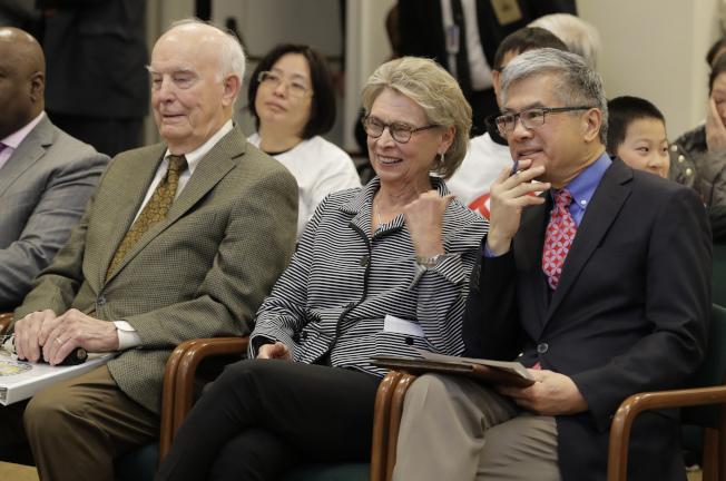 決定是否執行平權措施前,華盛頓州州議會邀請前州長駱家輝(右起)、貴格爾、伊凡斯到議會,聽取他們的說法。(美聯社)