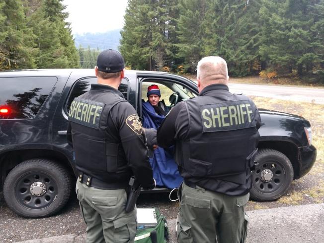 徒步穿越太平洋頂峰步道陷在暴風雪裡兩天的坎貝爾獲救後,坐在警車裡歇息。(馬里恩郡警長辦公室)