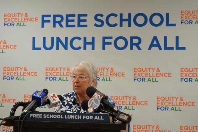 2017年當時的教育總監法瑞娜宣布所有公校學生享有免費午餐。(本報檔案照)