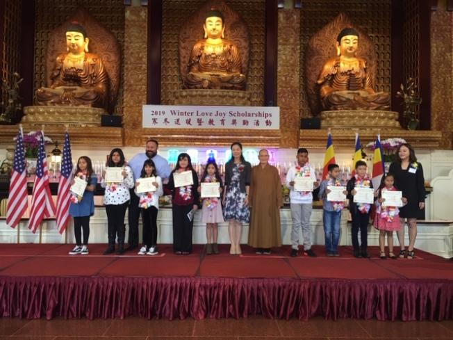 獲得獎助學金的同學們上台領獎。(記者楊青╱攝影)