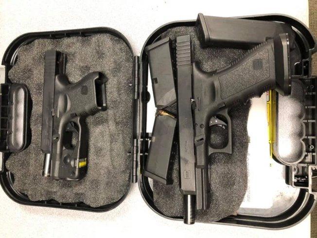 拉米瑞茲偷來的兩把手槍。(格蘭杜拉市警局提供)