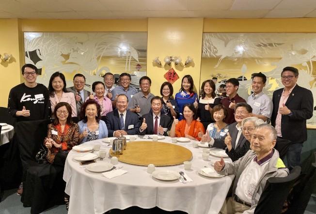 橙縣台美菁英協會雙十國慶餐會嘉賓合影。(記者尚穎/攝影)