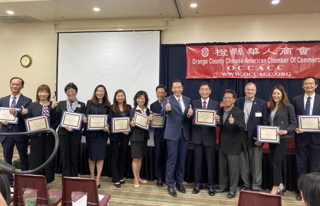 橙縣華人商會2019年度社區公益講座,主講嘉賓獲頒榮譽證書。(記者尚穎/攝影)