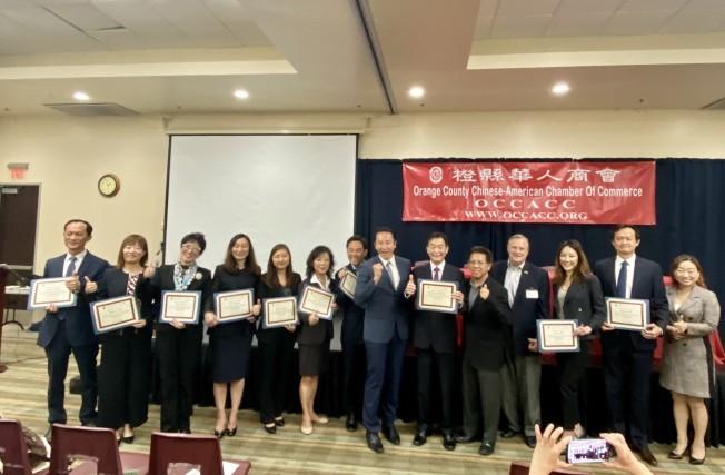 橙縣華人商會2019年度社區公益講座嘉賓合影。(記者尚穎/攝影)