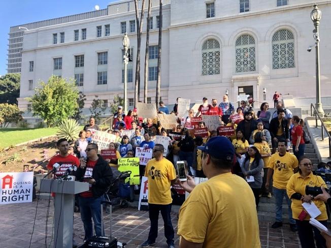 民權組織代表在洛杉磯市府大樓前集會,要求通過緊急法令保護租客。(本報檔案照)
