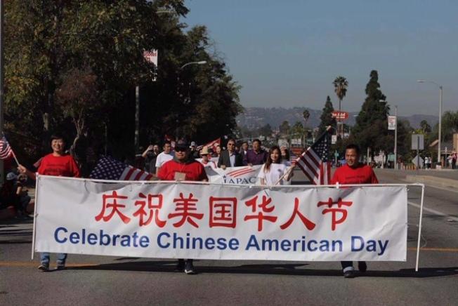 美國華人政治聯盟等首次參加羅蘭岡馬車大遊行。(記者楊青/攝影)