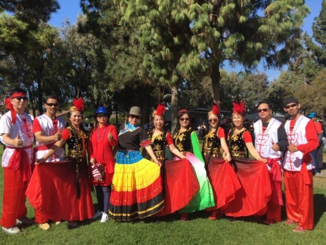 洛杉磯華埠老僑也組成30多人的舞蹈隊,首次參加羅蘭岡馬車節大遊行。(記者楊青/攝影)
