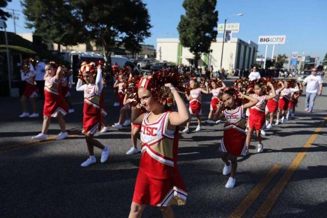 青少年舞蹈隊行進在羅蘭岡馬車節遊行中。(記者楊青/攝影)