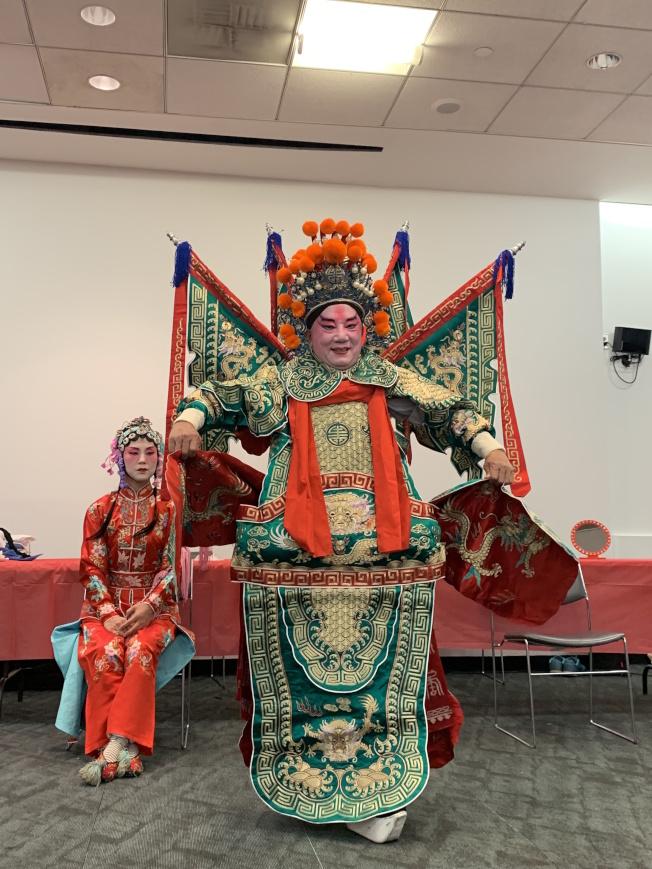 19日圖書館舉行的文化橋樑活動上,房玉麟飾演「生行」。(本報記者/攝影)