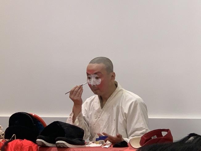 丑行演員會先在鼻樑上塗一方白塊,再勾畫臉譜。(本報記者/攝影)