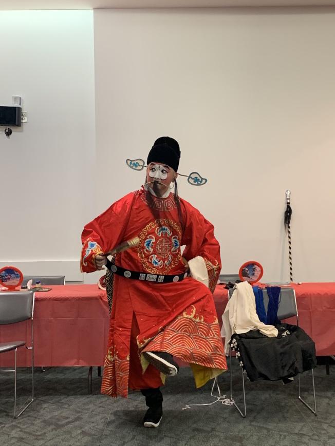 19日圖書館舉行的文化橋樑活動上,單靖飾演「丑行」。(本報記者/攝影)
