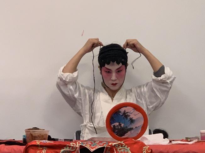 京劇中生和旦的角色為讓眉眼有神,需使用水沙包頭。(本報記者/攝影)