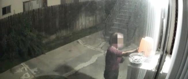監控錄像記錄了亞裔大媽順手牽羊全過程,被拿走物品市價不到十美金。(截屏自監控錄像)