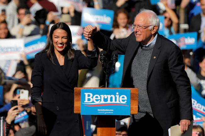 民主黨總統參選人桑德斯(右)心臟病後復出,於紐約市舉行造勢活動,紐約選出的激進國會眾議員歐凱秀-柯提茲到場相挺。(路透)