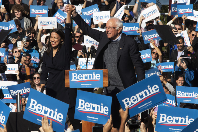 民主黨總統參選人桑德斯(中右)心臟病後復出,於紐約市舉行造勢活動,紐約選出的激進國會眾議員歐凱秀-柯提茲到場相挺。(美聯社)