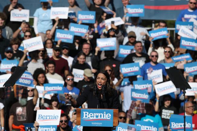 民主黨總統參選人桑德斯心臟病後復出,於紐約市舉行造勢活動,紐約選出的激進國會眾議員歐凱秀-柯提茲(中)到場相挺。(美聯社)