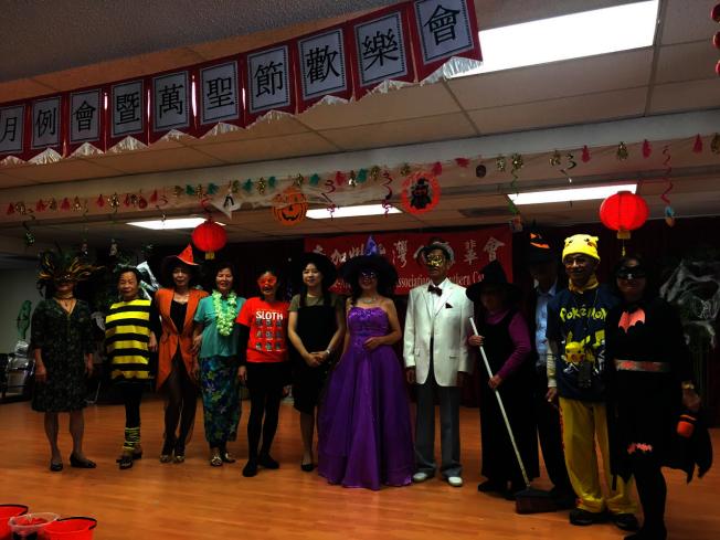 11位長者扮成不同角色登場,包括巫婆、卡通人物皮卡丘、蜜蜂、蝙蝠俠等。(記者謝雨珊/攝影)