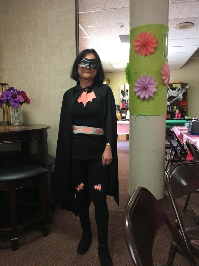 南加州台灣人長輩會會長李美紅打扮成蝙蝠俠。(記者謝雨珊/攝影)