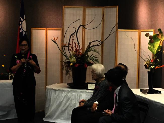 池坊美國加州聖蓋博谷支部長楊芙婷創作了寓意「和諧」的插花作品。(記者謝雨珊/攝影)
