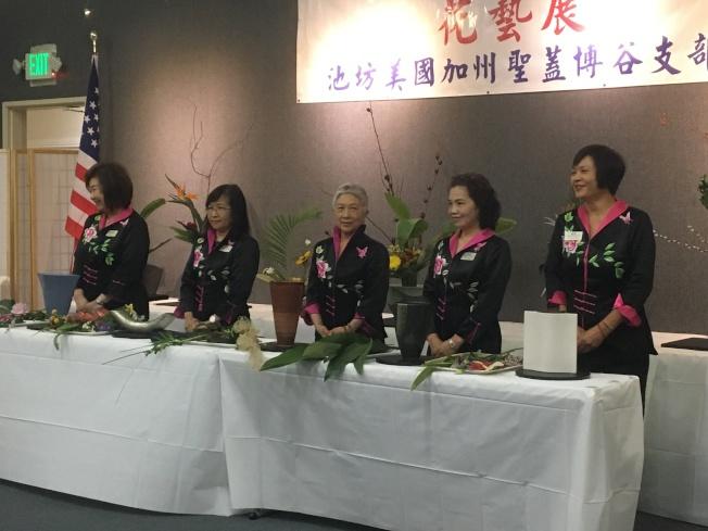 五位老師現場示範池坊花藝精髓。(記者謝雨珊/攝影)